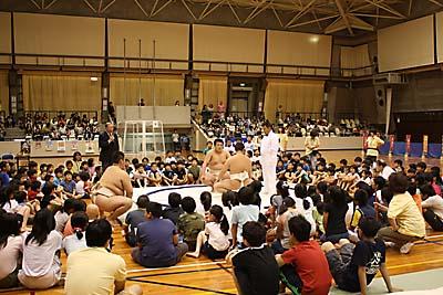 審判長から注意と、農大相撲部員の模範演技