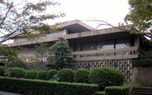 倉吉市庁舎を打吹公園側から見る
