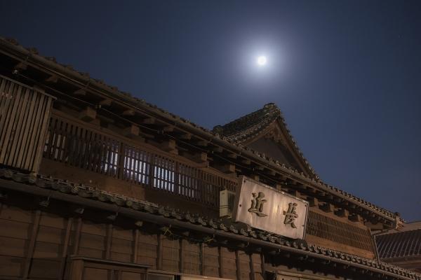 近長の屋根と中秋の月72.jpg