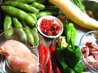 そら豆、豚肉、赤と緑のピーマン、クコの実などなど