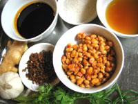 花椒(中華山椒)、ニンニク、生姜、紹興酒、醤油、砂糖、ねぎ、香菜、黒酢、そして大豆の豆鼓