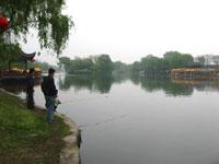 揚州の公園で魚釣りする人