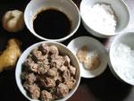 生姜、ニンニク、氷砂糖、中華醤油、陳皮(みかんの皮を乾燥したもの)、片栗粉、そして話梅