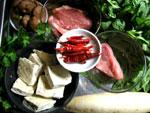 牛筋肉、豚肉、大根、春菊、椎茸、葱、唐辛子、花椒(中華山椒)、香菜、肉団子、ソーセージ、臭豆腐