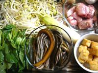 黄豆芽(もやし)、鶏毛菜、排骨(豚スペアリブ)、葱、ミニトマト、マコモダケ、鱔絲