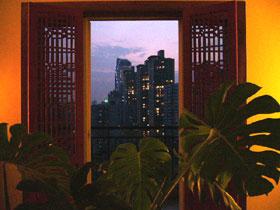 茶室の夕暮れ時。向かい側の高層マンション