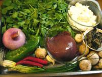 豆苗、猪肝(豚レバ)、洋葱(タマネギ)、青椒(ピーマン)、紅椒(赤ピーマン)、葱、生姜、磨�(マッシュールーム)、豆腐