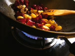 海椒、ニンニク、生姜を炒めて味付け