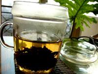 厚紙黄印七子餅茶 プーアル茶とボダムのカップ