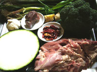 羊肉、西蘭花(ブロッコリー)、冬瓜、大蒜、葱、火腿(中華ハム)など