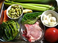 発芽豆(そら豆)、雪菜、番茄(トマト)、大排(リブ肉)、芹菜(セロリ)、クログワイ、葱、ニンジン、生姜、トマトケチャップ