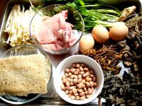 麩、椎茸、黒木耳、金針�(えのき)、黄花菜、大排骨、鶏卵