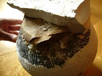 紹興酒の瓶の蓋をおおっている石工を割る