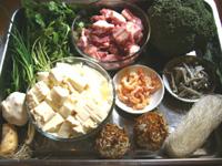 助排骨、豆腐、大蒜、桂皮、花椒、粉絲、西蘭花、香菜、葱、干し蝦、煮干、その他