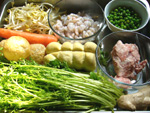 金絲芥(からし菜の一種)、素鶏(押し豆腐)l小青豆(グリンピース)、蝦仁(小エビ)、ニンジン、葱、生姜、油面筋、豚肉、もやし