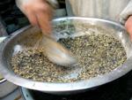 核桃(胡桃)黒芝麻(胡麻)と砂糖をかき混ぜる