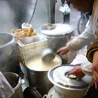 豆腐屋で豆乳。今日は甘いのにした。