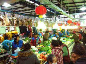 野菜市場。魚、肉、豆腐、乾物もある