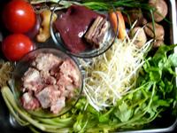 芹菜(セロリ)、豆芽(もやし)、香�(椎茸)、猪肝(豚レバー)、蕃茄(トマト)、排骨(豚スペアリブ)、生姜、葱