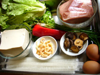 豆腐、青椒、紅椒、葱、生姜、鶏蛋(鶏卵)、生菜(レタス)、粉条、豚肉、干し椎茸、開洋(干し蝦)など