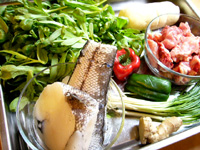 素鶏豆腐、鱈魚、蓬蒿菜(春菊)、小排骨(スペアリブ)、葱、青椒(ピーマン)、紅椒(赤ピーマン)、大蒜(にんにく)、生姜