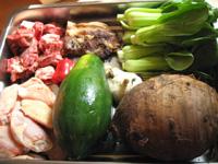 咸肉、芋頭(タロイモ)、鶏膀(手羽先) 、小排(豚のスペアリブ)、上海の芥菜、木瓜(パパイヤ)、葱、生姜