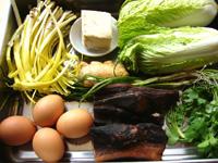 醤油肉、葱、生姜、韮黄、娃娃菜(ミニ白菜)、鶏卵、豆干、香菜、鶏肉、萵笋(セルタス・茎レタス)