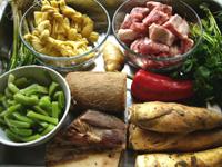 貢菜(山くらげ)、竹笋、紅椒(赤ピーマン)、百叶結、山薬(長芋)、助排(豚のあばら)、香菜(コリアンダー)、葱、生姜