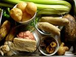 素腸、藕(レンコン)、青椒(ピーマン)、竹笋、百合根、油面筋、芹菜(セロリ)、豚肉、干香�(干し椎茸)、葱、生姜