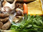 豆腐皮、干香�(干し椎茸)、干黄花菜、胡蘿蔔(ニンジン)、椎茸、蓬蒿菜(春菊)、老鴨腿、香菜、葱、芋頭(里芋)、葱、生姜