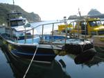 漁船に乗り換えて釣り場へ