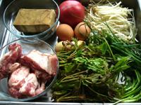 百叶(押し豆腐の一種)、香椿芽、小排骨(豚のアバラ肉)、蕃茄(トマト)、鶏蛋(鶏卵)、金針茹(エノキ)、葱、生姜。本日の材料費:540円なり。