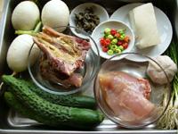 黄瓜(キュウリ)、大蒜、老豆腐(木綿豆腐)、鶏肉、辣椒、咸骨頭、蘿蔔(大根)、黒木耳、葱