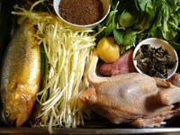 黄魚(イシモチ)、鶏、黒木耳、葱、生姜、鶏毛菜、鶏蛋(鶏卵)、韮菜(ニラ)、豚肉