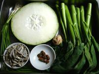 鶏肉、冬瓜、葱、煮干、小魚干(いりこ)、淡菜(干した貽貝)、生姜