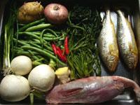 牛筋肉、蘿蔔(大根)、紅辣椒(唐辛子)、咸菜(菜っ葉の漬物)、黄魚(イシモチ)、土豆、刀豆、洋葱(タマネギ)。本日の材料費:600円なり