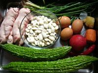 猪爪(豚足)、白芸豆(白インゲン豆)、花椒(中華山椒)、葱、生姜、苦瓜(ニガウリ)、紅椒(赤ピーマン)、鶏蛋(鶏卵)、蕃茄(トマト)、胡蘿蔔(ニンジン)