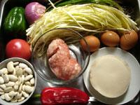 白芸豆(白インゲン)、蕃茄(トマト)、紅椒(赤ピーマン)、青椒(ピーマン)、洋葱(タマネギ)、餃子皮、豚肉、韮菜(黄ニラ)、葱、生姜、干小魚(煮干)