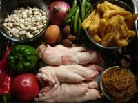 油豆腐、蕃茄(トマト)、甜豆(スナックエンドウ)、洋葱(タマネギ)、猪爪(豚足)、青椒、葱、鶏蛋(鶏卵)、黒木耳、生姜、腐竹(湯葉を細切りしたもの)