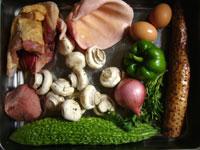 山薬(長芋)、蘑�(マッシュルーム)、生姜、香菜、洋葱、猪耳(豚の耳)、洋葱(タマネギ)、鶏肉、青椒(ピーマン)、苦瓜(ニガウリ)、鶏蛋(鶏卵)、枸杞(クコの実)、猪肉(豚肉)