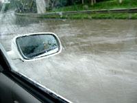 大雨で道路が川になった