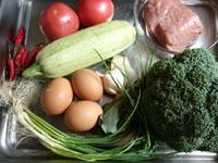 西葫芦(ズッキーニ)、牛肉、紅辣椒(唐辛子)、生姜、葱、西蘭花(ブロッコリー)、大蒜、鶏蛋(鶏卵)、蕃茄(トマト)