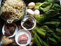 面(麺)、青菜(チンゲン菜)、香�(椎茸)、猪肉(豚肉)、葱、生姜、香椿(チャンチン)の塩漬け、鶏蛋(鶏卵)