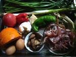 田鶏(カエル)、香�(椎茸)、紅椒、大葱(ニンニク)、葱、生姜、紅辛椒(唐辛子)、草果(ソウカ)、韮菜花(花ニラ)、鶏蛋(鶏卵)、南瓜(かぼちゃ)、蕃茄(トマト)