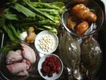 渡蟹、咸蛋(家鴨の塩漬け卵)、生姜、猪爪(豚足)、鶏頭米(オニバスの実)、紅棗、枸杞(クコの実)、葱、油麦菜