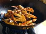 渡蟹を炒める