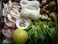 蕃石榴(グアバ)、猪肉(豚肉)、陳皮(みかんの皮の乾かしたもの)、鶏爪(鶏の足)、葱、生姜、粉絲(春雨)鶏毛菜、香�(椎茸)、草�