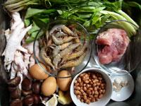 栗子、鶏爪、痩肉(豚の赤身肉)、花生(ピーナッツ)、陳皮(みかんの皮を干したもの)、生姜、鶏蛋(鶏卵)、蝦、葱、空心菜、大蒜