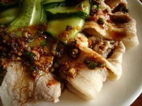 雲白肉(茹で豚肉の薄切りのニンニク唐辛子ソース)