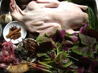 鴨子(家鴨)、生姜、大蒜、葱、八角、桂皮、莧菜(ヒユナ)、小排(豚の骨付き肉)、黄花菜、黒木耳